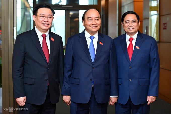 Từ trái qua: Chủ tịch Quốc hội Vương Đình Huệ, Chủ tịch nước Nguyễn Xuân Phúc và Thủ tướng Phạm Minh Chính, bên hành lang Quốc hội tại kỳ họp thứ 11, Quốc hội khóa XIV.