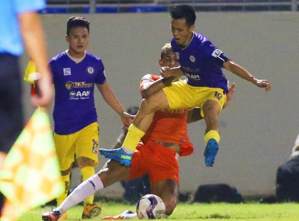 Văn Quyết phi người vào Janclesio khi Hà Nội thua Đà Nẵng 0-2 trên sân Hoà Xuân ở vòng 7 V-League 2021.