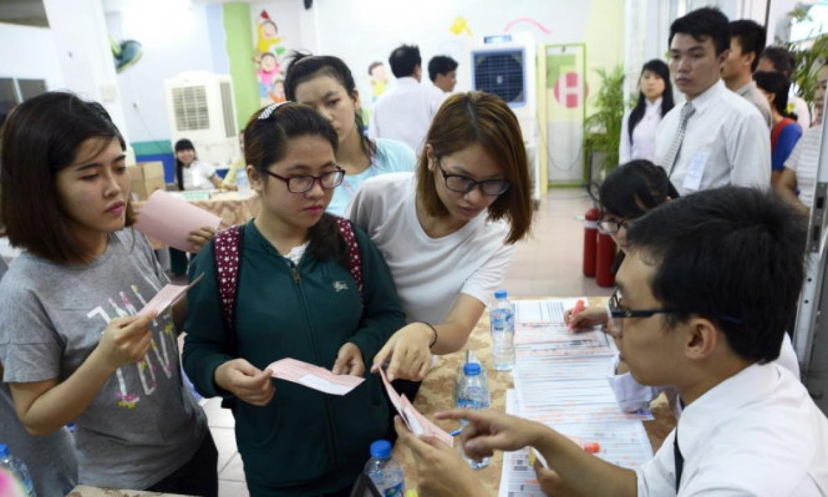 Các bạn sinh viên được hướng dẫn quy chế bỏ phiếu. Ảnh: Tuổi trẻ