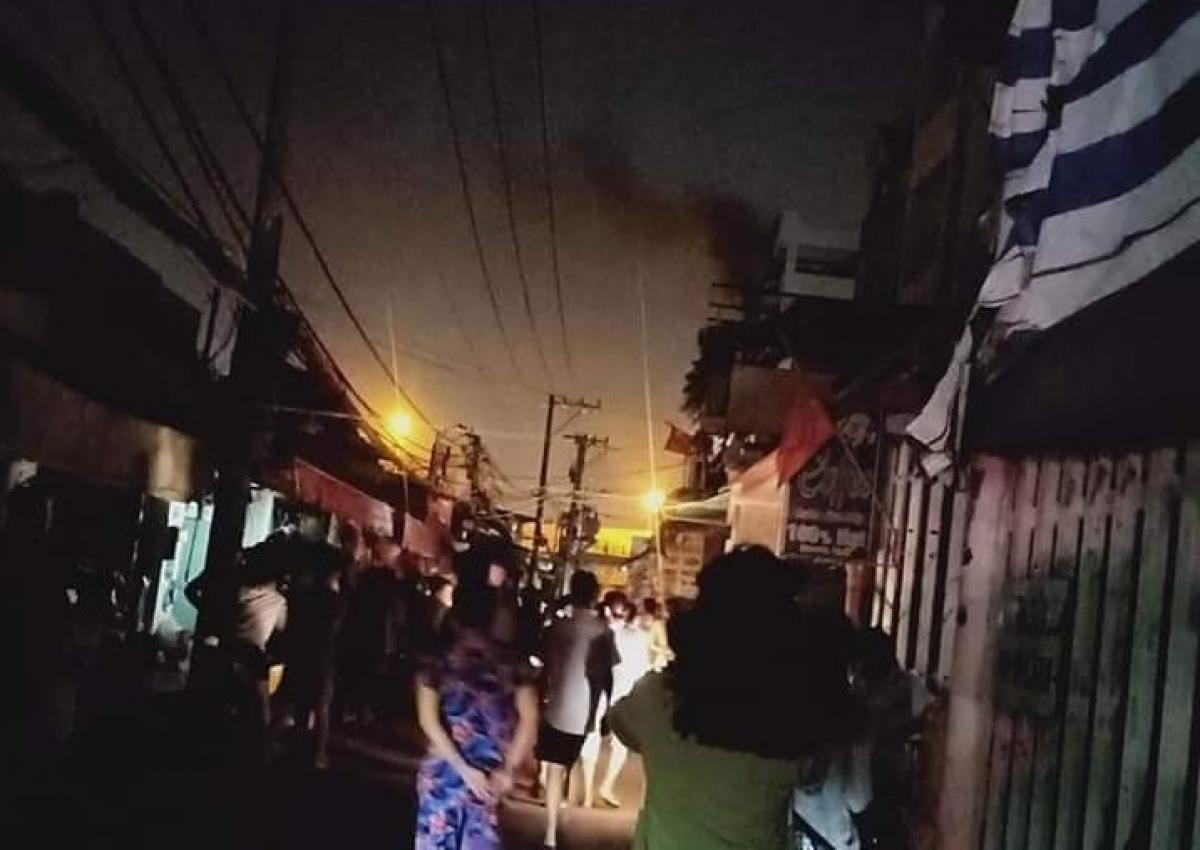 Tại hiện trường, đám cháy đã bao trùm tầng cao chung cư,nhiều người mắc kẹt bên trong liên tục la hét cầu cứu.