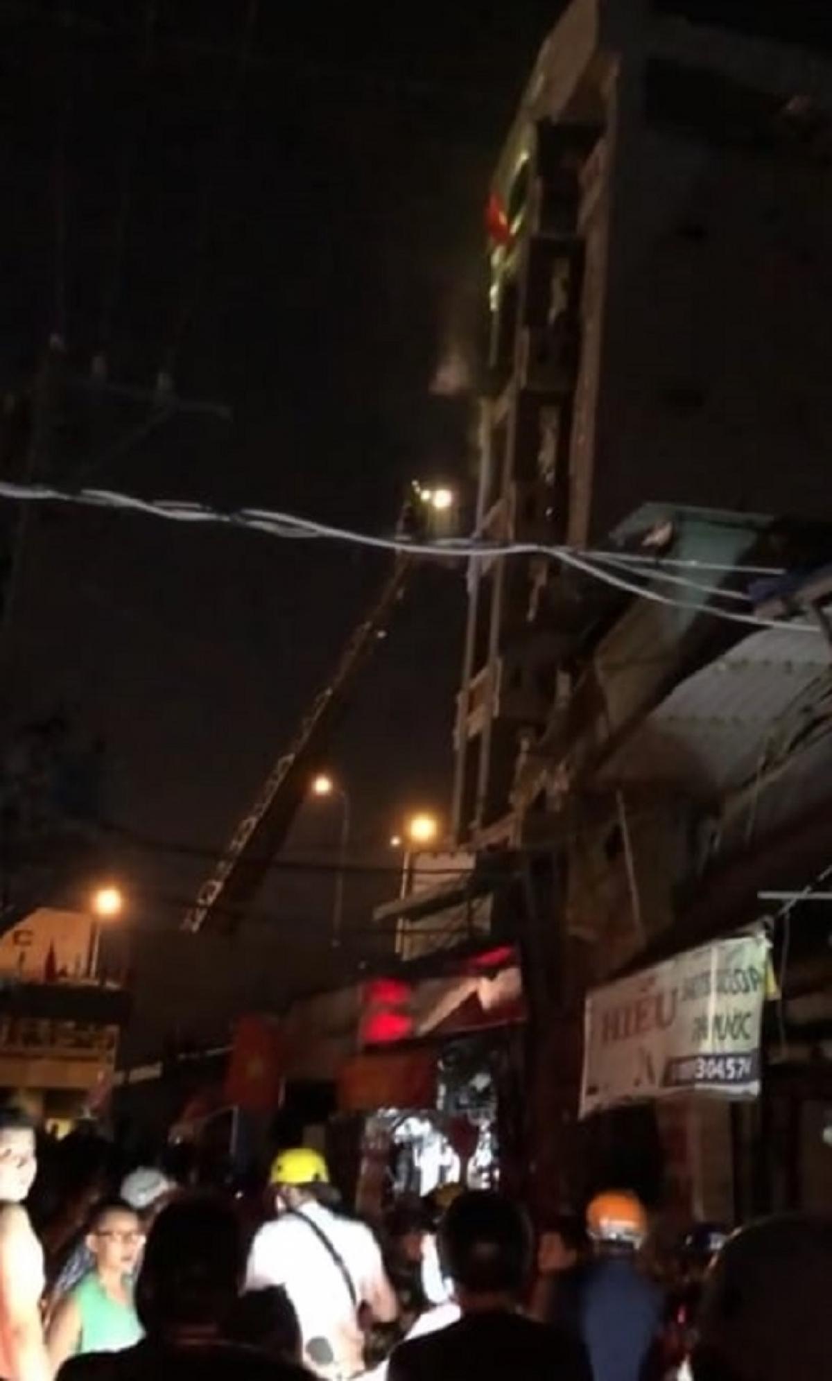 Cảnh sát dùng xe thang để tiếp cận đám cháy và giải cứu nạn nhân mắc kẹt