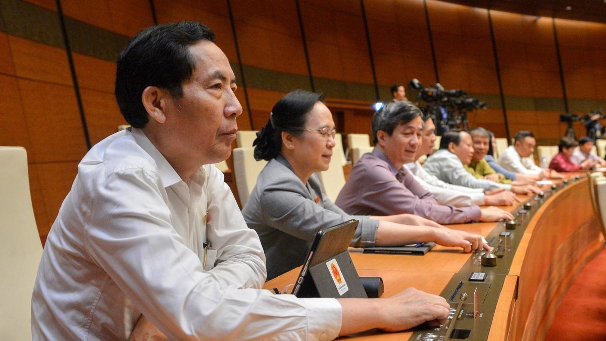 Các đại biểu Quốc hội bấm nút thông qua Nghị quyết.