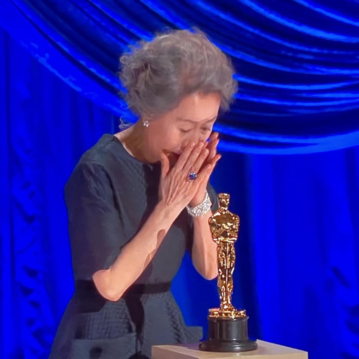 Bà xúc động khi lên nhận giải thưởng.