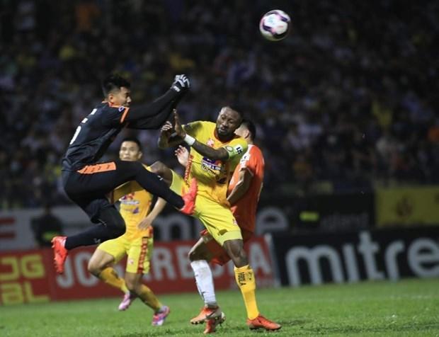 Hoàng Vũ Samson đạp thẳng vào thủ môn Tuấn Mạnh.