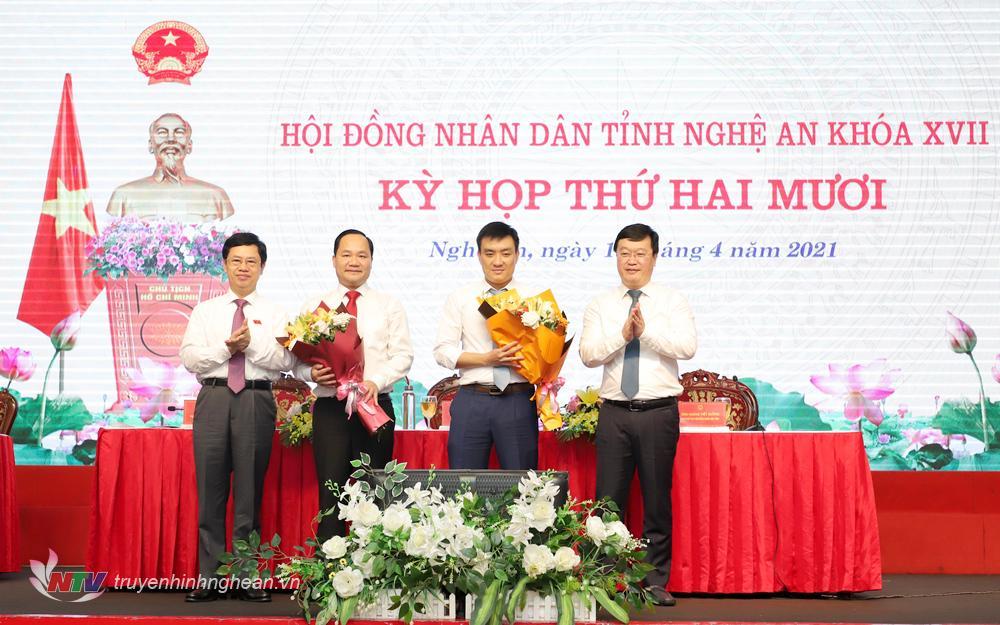Đồng chí Nguyễn Đức Trung - Phó Bí thư Tỉnh uỷ, Chủ tịch UBND tỉnh và đ/c Nguyễn Xuân Sơn - Chủ tịch HĐND tỉnh tặng hoa