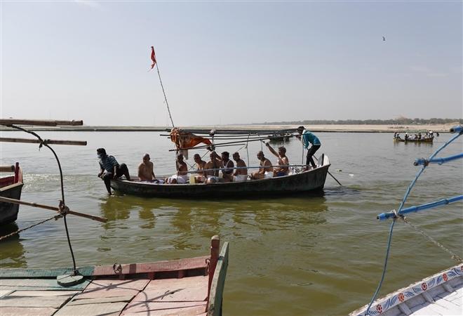 Chuyến đi của tín đồ theo đạo Hindu rải tro của người thân xấu số của họ trên sông Hằng trong một nghi lễ thiêng liêng.