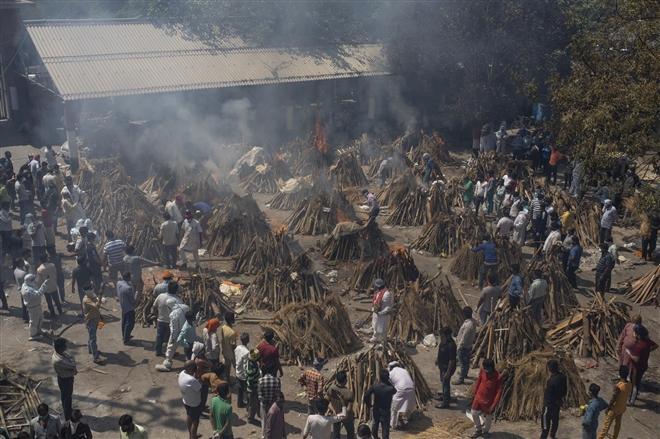 Những giàn hỏa thiêu cho người chết vì COVID-19 tại khu vực giàn thiêu tập thể cho nạn nhân đại dịch ở New Delhi hôm 24/4.