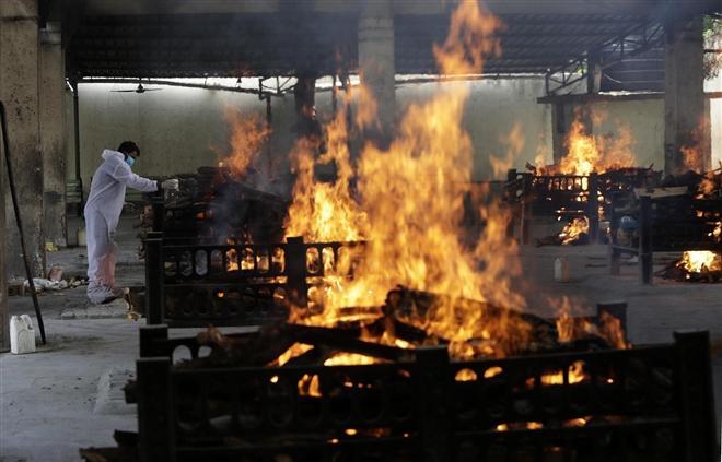 Ngọn lửa hỏa táng 13 bệnh nhân COVID-19 rực cháy tại Bệnh viện Vijay Vallabh, gần Mumbai, Ấn Độ.