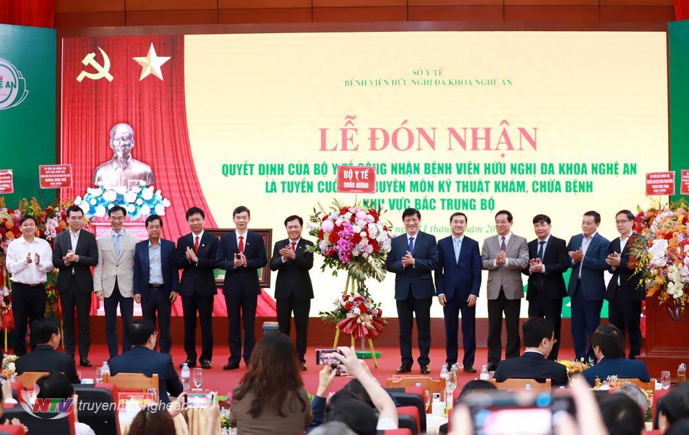 Lãnh đạo Trung ương tặng hoa chúc mừng Bệnh viện HNĐK Nghệ An.