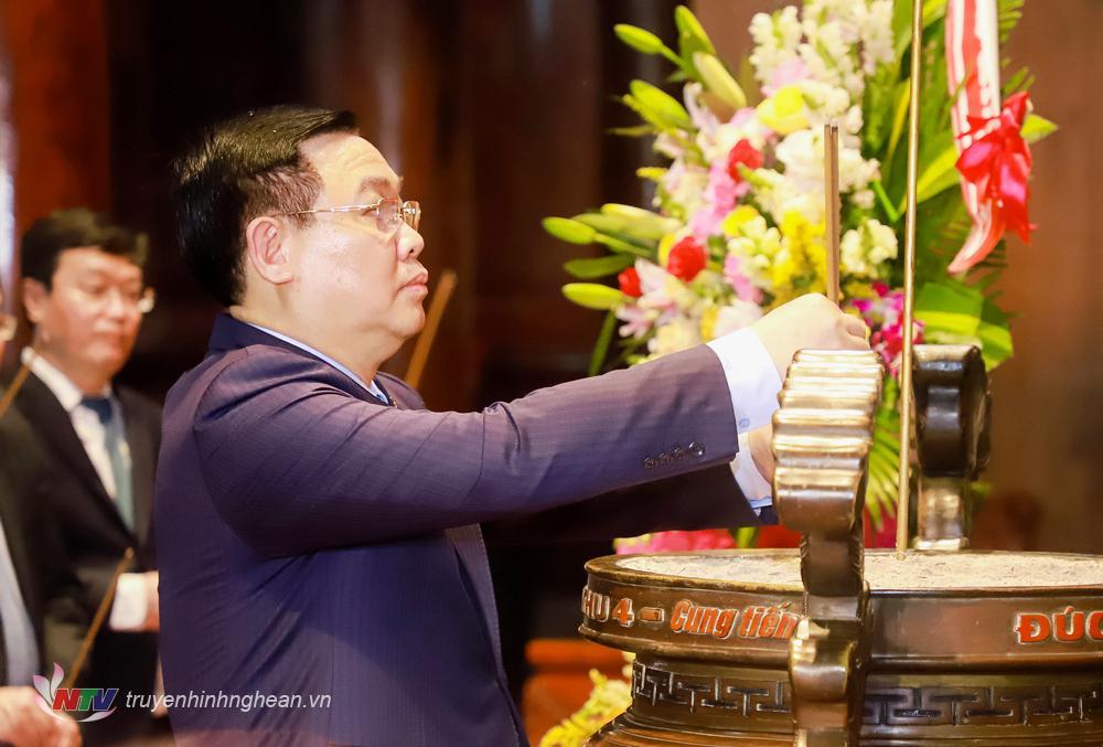 Chủ tịch Quốc hội Vương Đình Huệ dâng hương tưởng niệm Chủ tịch Hồ Chí Minh tại Khu di tích