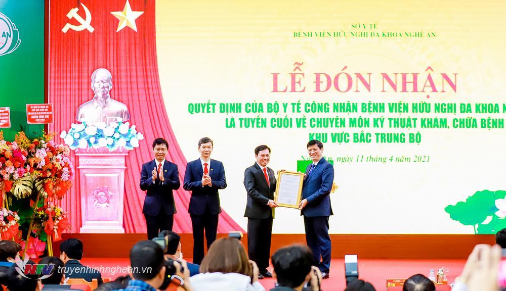Bộ trưởng Bộ Y tế Nguyễn Thanh Long trao Quyết định công nhận Bệnh viện HNĐK Nghệ An là tuyến cuối về chuyên môn kỹ thuật