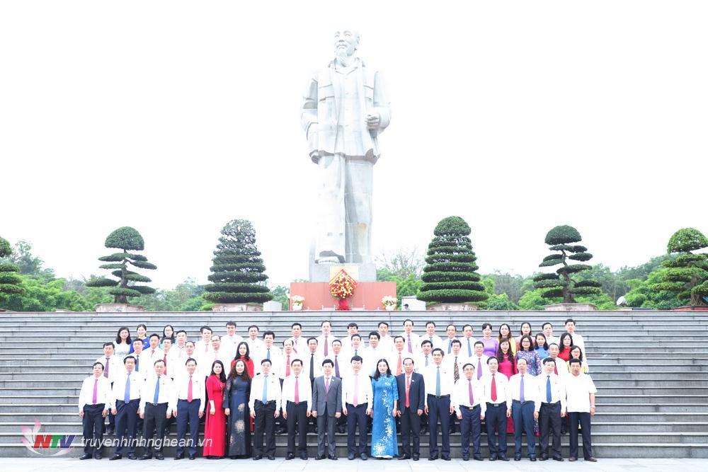 Các đại biểu chụp ảnh lưu niệm trước tượng đài Chủ tịch Hồ Chí Minh.