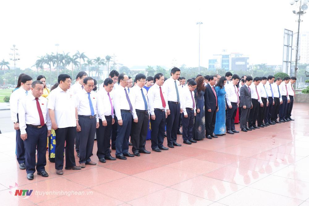 Các đại biểu kính cẩn tưởng niệm Chủ tịch Hồ Chí Minh.