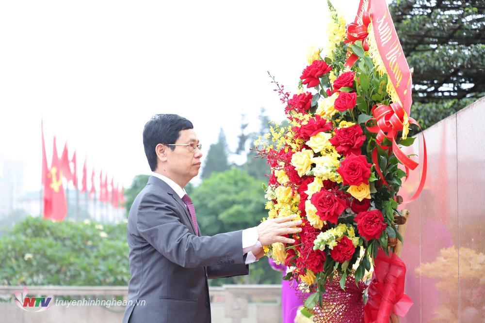 Chủ tịch HĐND tỉnh Nguyễn Xuân Sơn đại diện dâng lẵng hoa tươi lên tượng đài Chủ tịch Hồ Chí Minh.