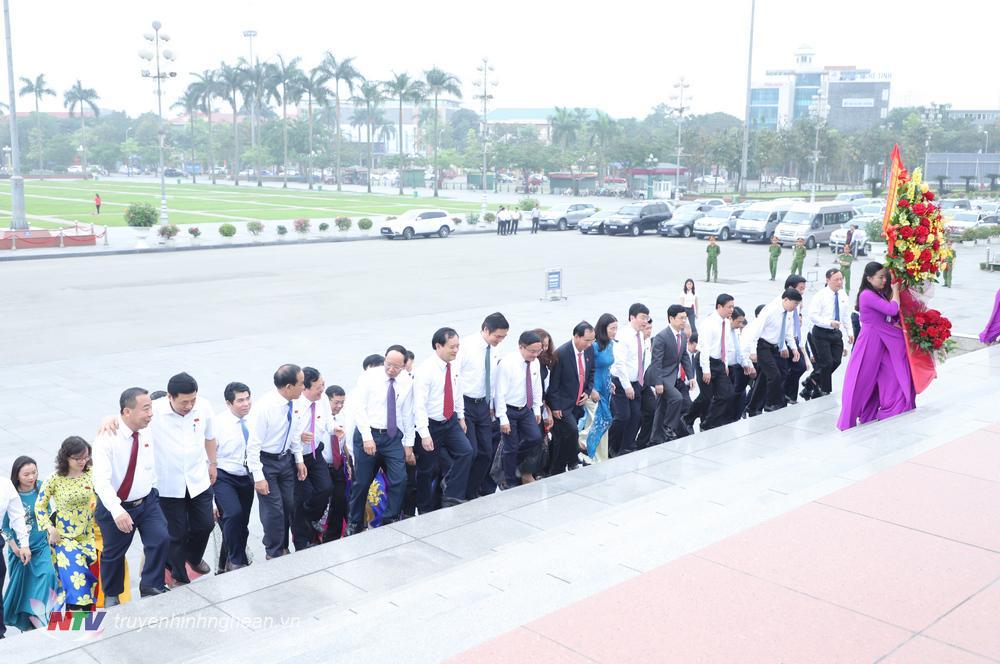 Thường trực Tỉnh uỷ và Đoàn đại biểu HĐND tỉnh dâng hoa tưởng niệm Chủ tịch Hồ Chí Minh.