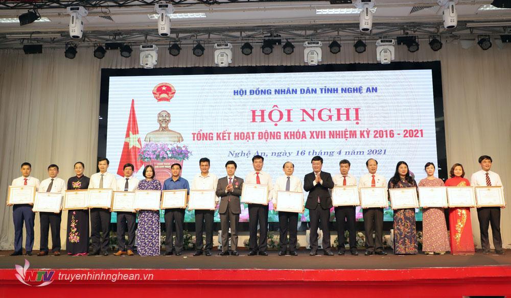 Trao Bằng khen của Chủ tịch UBND tỉnh cho các cá nhân có thành tích xuất sắc.