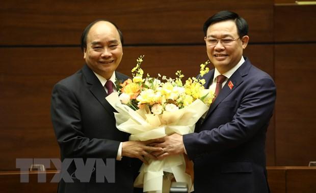 Chủ tịch Quốc hội Vương Đình Huệ chúc mừng Thủ tướng Nguyễn Xuân Phúc hoàn thành xuất sắc nhiệm vụ.