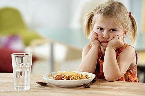 Khi bị viêm dạ dày, bé sẽ chậm tăng cân vì biếng ăn, lười ăn, đặc biệt là nôn ói thường xuyên. Các bậc phụ huynh lại hay cho rằng con giả vờ nôn ói để không phải ăn và càng thúc ép nhiều hơn khiến bệnh dạ dày của con tiến triển tệ hơn. Điều này không chỉ ảnh hưởng xấu đến sự phát triển thể chất, mà còn tổn thương tâm lý của trẻ. Ảnh minh hoạ