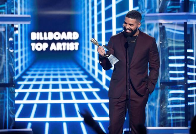 Giọng ca 33 tuổi vui mừng trên sân khấu nhận giải Top Artis