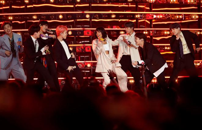 Dàn thần tượng Kpop khuấy động sân khấu Billboard 2019 với bản hit Boy with luv kết hợp cùng giọng ca người Mỹ Halsey