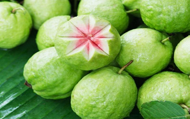 Ổi: Là một trong những nguồn giàu vitamin C, mỗi quả ổi chứa khoảng hơn 200mg vitamin C. Ngoài ra, loại quả này cũng rất tuyệt vời cho sức khỏe.