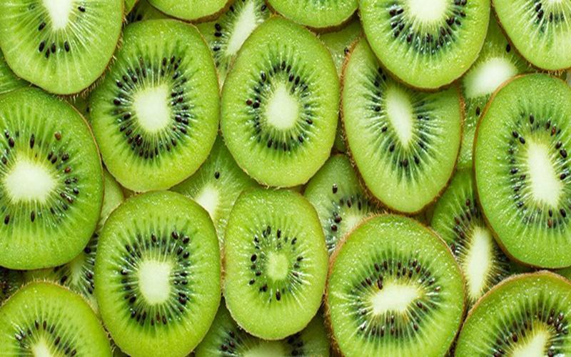 Kiwi: Bổ sung kiwi vào chế độ ăn hàng ngày không chỉ cải thiện tình trạng thiếu vitamin C mà còn tăng cường miễn dịch và có thể chống nhiễm khuẩn.