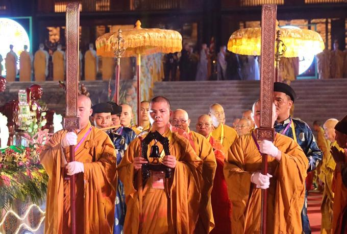 """Nghi thức mở đầu buổi lễ diễn ra lúc 19h. Đêm hoa đăng được tổ chức để """"muôn người chung một nhịp tim, chung một ước nguyện mong cho thế giới hòa bình, chúng sinh an lạc""""."""
