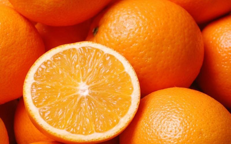 Cam: Một quả cam mỗi ngày sẽ giúp bạn chống lại một cách hiệu quả thiếu vitamin C. Ngoài ra, cũng có thể ăn các loại trái cây họ cam quýt khác như chanh và bưởi để bổ sung vitamin C.