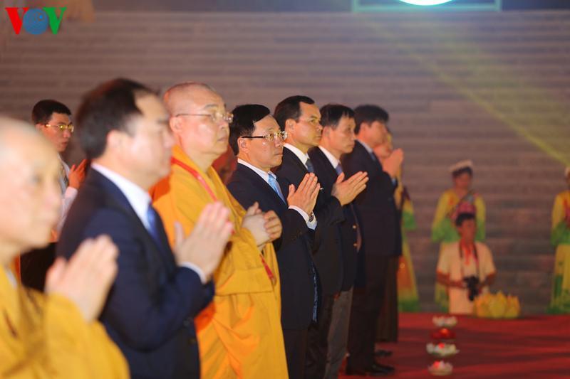 Tối 13/5, tại chùa Tam Chúc (Hà Nam) đã diễn ra lễ hội hoa đăng, tụng kinh cầu quốc thái dân an, hòa bình thế giới.