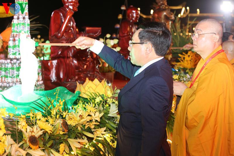 Phó Thủ tướng Phạm Bình Minh thực hiện nghi thức tắm Phật.
