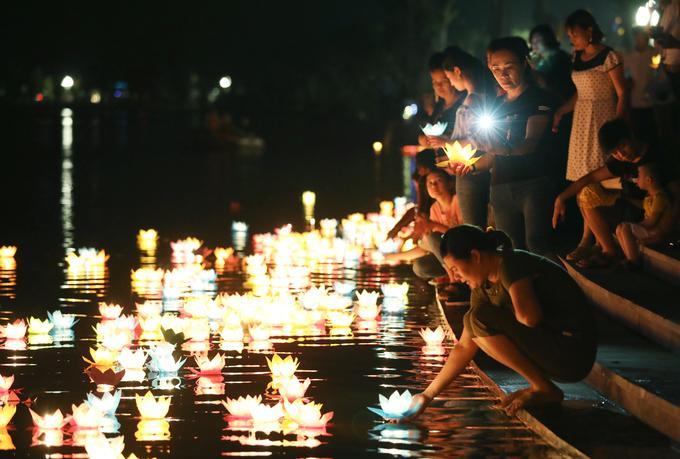 Mặt hồ Tam Chúc là nơi người dân thả hoa đăng.