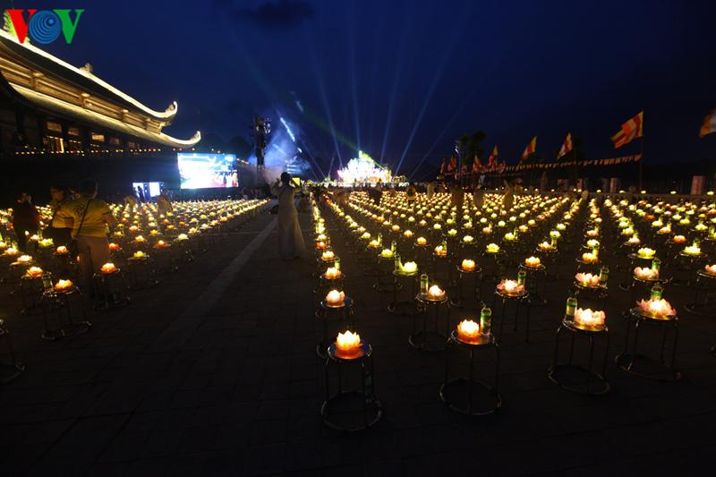 Hàng ngàn ngọn nến đã được các chư tôn đức, lãnh đạo Đảng, Nhà nước và Phật tử nâng niu, thắp sáng lung linh một vùng trời Tam Chúc.
