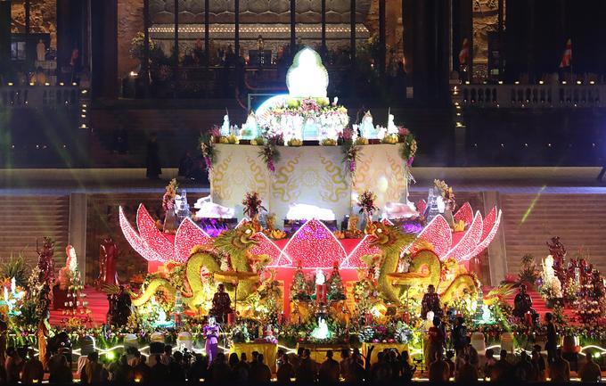 Các nghi thức chuẩn bị cho buổi lễ được thực hiện bên đàn lễ trước cửa điện Quan âm.