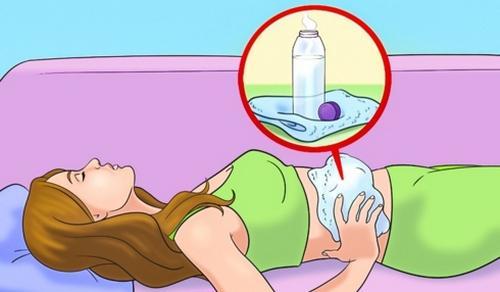 Dùng nhiệt để giảm đau: Hãy dùng khăn ấm hoặc chai nước ấm áp lên vùng đau do co thắt cơ để giảm cơn đau. Nhiệt giúp thư giãn các cơ và giảm đau. Tránh áp nhiệt lên vết thương hở hoặc vùng viêm nhiễm, đồng thời tránh dùng nhiệt độ quá cao.
