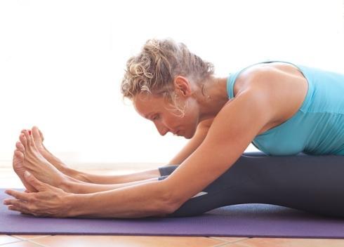 Duỗi người để giảm đau lưng: Hãy mặc trang phục thoải mái và chuẩn bị một chiếc thảm yoga. Có nhiều tư thế co duỗi bạn có thể thực hiện để giảm đau do căng các cơ nâng đỡ cột sống, đồng thời cải thiện độ dẻo dai của cơ thể.
