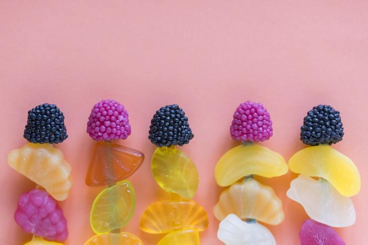 Kẹo: Nếu bạn ăn kẹo thường xuyên,  có thể gây nhiều vấn đề sức khỏe. Kẹo và các thực phẩm nhiều đường có thể gây bệnh gout, một chứng viêm gây đau đớn ở các khớp.