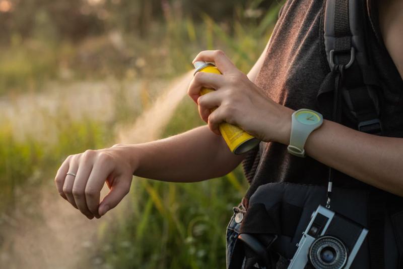 Sử dụng các loại thuốc chống muỗi khác: Nếu bạn lo lắng về các tác dụng phụ của DEET, bạn có thể sử dụng các loại thuốc chống muỗi khác như Picardin, tinh dầu bạch đàn chanh,...