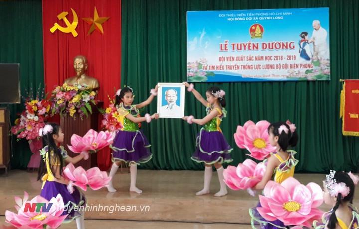 Tuyên dương đội viên xuất sắc nhân dịp kỷ niệm sinh nhật Chủ tịch Hồ Chí Minh.