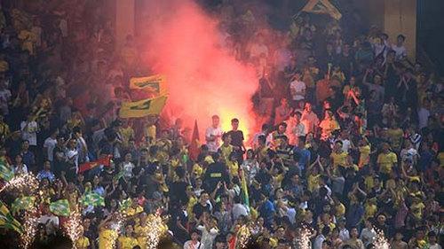 CĐV đốt pháo sáng trong trận đấu Viettel - SLNA trong khuôn khổ Vòng 8 V-League.