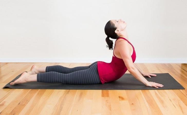 Tư thế rắn hổ mang: Nằm duỗi thẳng người trên sàn, hai chân rộng bằng vai. Bạn chống tay, đẩy phần thân trên lên và ngửa cổ ra phía sau. Bạn giữ tư thế này từ 15-30 giây, sau đó nằm duỗi thẳng lại trên sàn và thở mạnh ra. Tư thế này giúp bạn kéo dài các cơ phía trước cổ đồng thời chỉnh lại vai và khôi phục đường cong tự nhiên của cột sống.