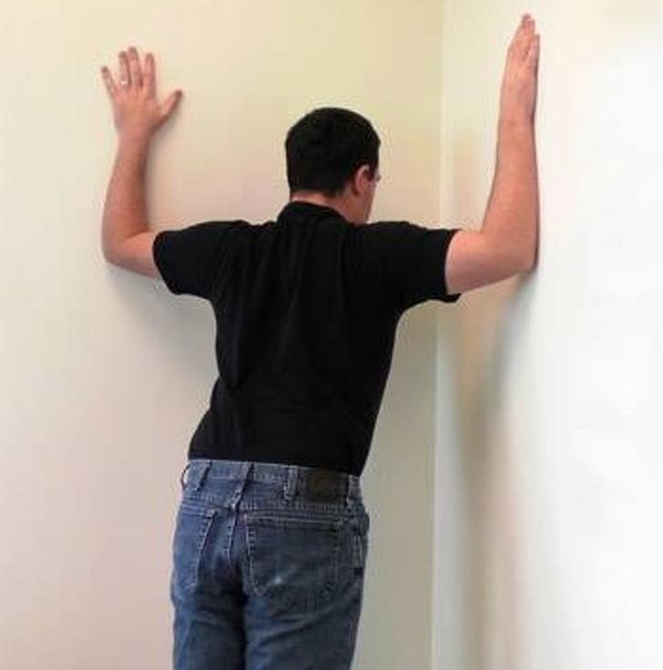 Tập với góc tường: Chống hai vào góc tường (như hình vẽ), sau đó đẩy người về phía trước cho tới khi bạn cảm thấy căng ở ngực và vai. Bài tập này giúp bạn tăng cường cơ bắp ở cổ và chống lại cơn đau khó chịu ở khu vực cổ gáy.