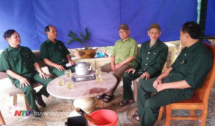2 anh em ông Hoàng Đình Thuyết, Hoàng Đình Thảo trò chuyện với hội cựu chiến binh xã về chiến dịch Điện Biên Phủ