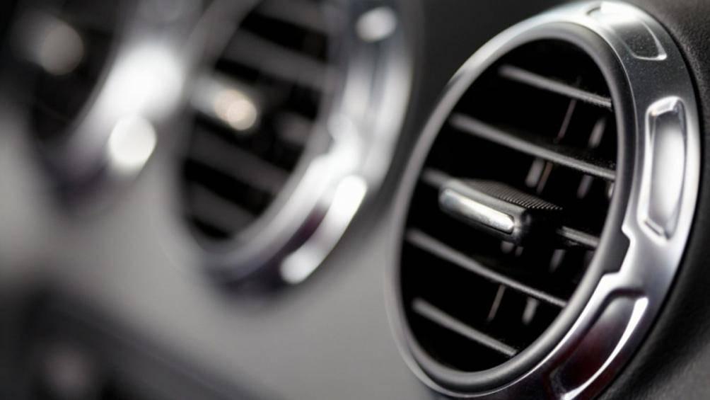 Khi bước vào xe, bạn không nên bật điều hòa ngay lập tức