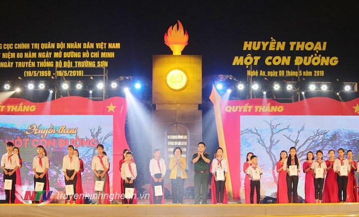 nguyên Phó Chủ tịch nước Trương Mỹ Hoa và Thượng tướng Lê Chiêm trao quà cho 15 học sinh tiêu biểu vượt khó học giỏi của Trường THCS Kỳ Tân và Kỳ Sơn, huyện Tân Kỳ