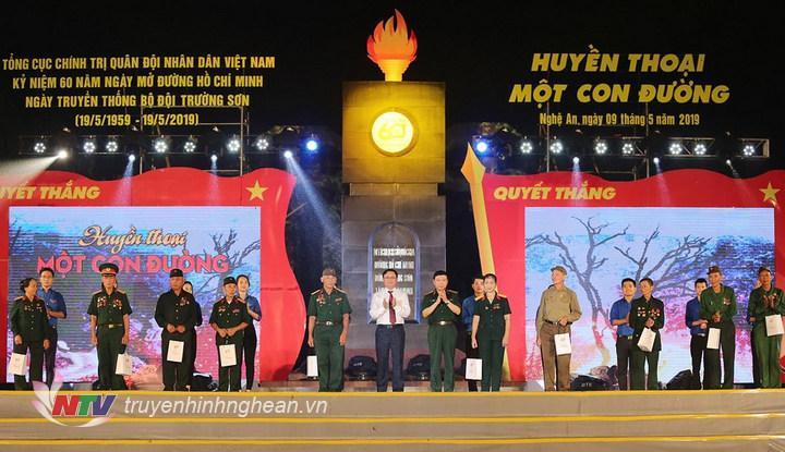 Trung tướng Lê Hiền Vân và Chủ tịch UBND tỉnh Nghệ An Thái Thanh Quý trao tặng quà cho đại diện 10 gia đình Bộ đội Trường Sơn, cựu TNXP, dân công hỏa tuyến huyện Tân Kỳ