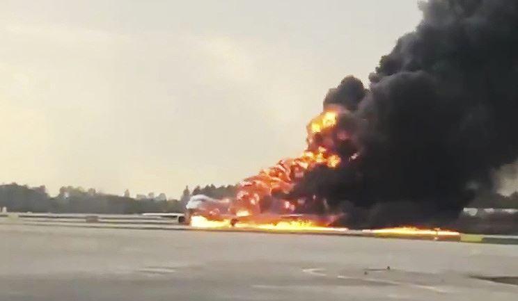 Chiếc máy bay bốc cháy
