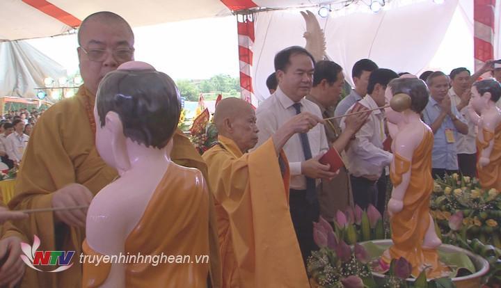 Các đại biểu thực hiện nghi lễ tắm Phật