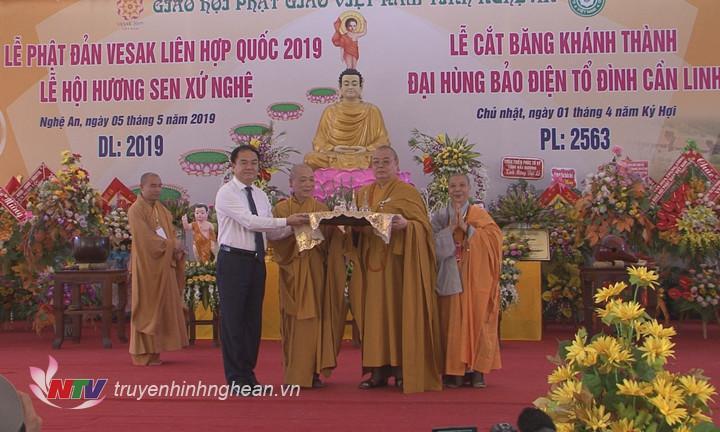 Ông Vũ Chiến Thắng trao tặng 3 viên xá lợi Phật cho chùa Cần Linh.