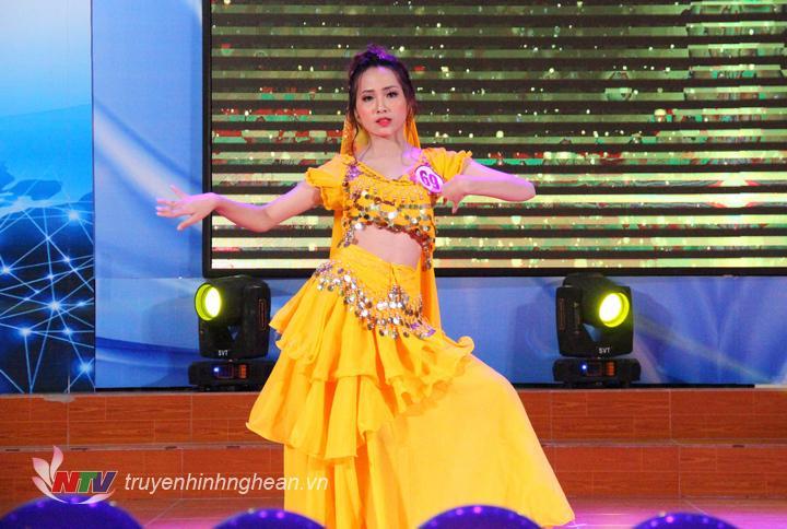 Thí sinh Nguyễn Thị Thu Hằng, SBD 69, với tiết mục dự thi tài năng là Múa Ấn Độ