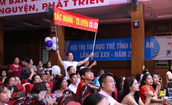 Đông đảo phụ huynh, học sinh, sinh viên tham gia cổ vũ cho các cặp đôi.